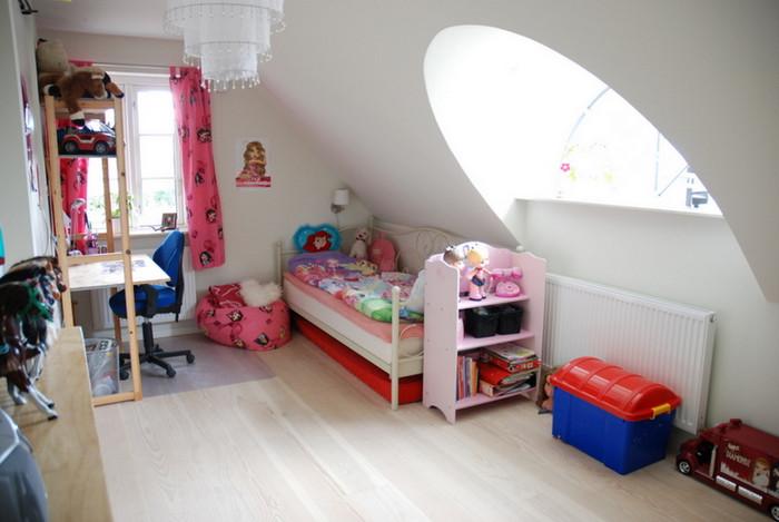 Stuehuse - børneværelse med rundbuekvist